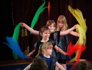 Kinder und ein buntes Bild mit Jongliertüchern