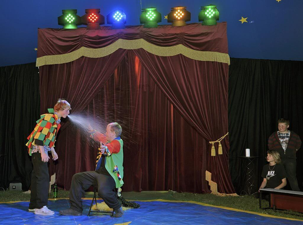 Clowns im Zirkusprojekt spielen Bienchen, Bienchen