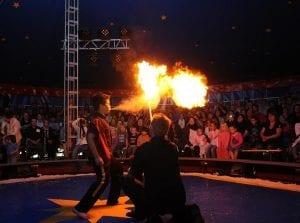 Feuerspucker im Zirkusprojekt mit Circus Soluna