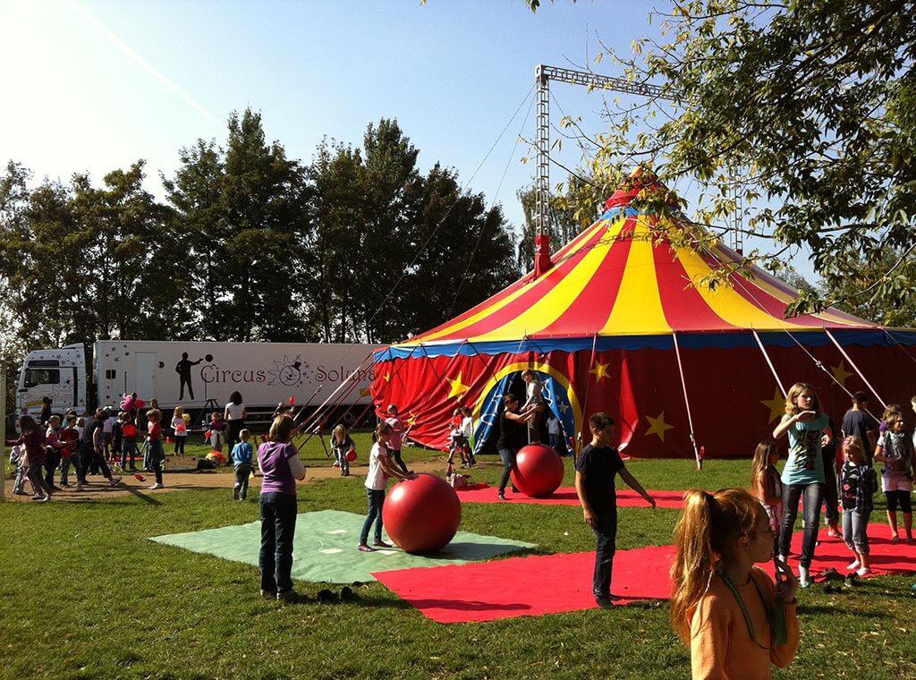 kinder rund um das zirkuszelt von circus soluna