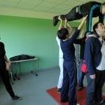 Lehrerin leitet Akrobatik an