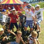 Kinderzirkus Bild des BMX Teams vor dem Zelt