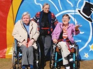 Senioren vor dem Zirkuszelt