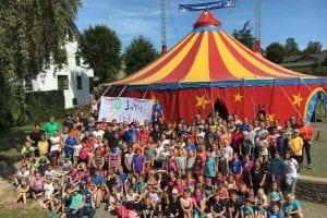 Projektzirkus Soluna alle Kinder und Trainer 2017 vor unserem Zirkuszelt