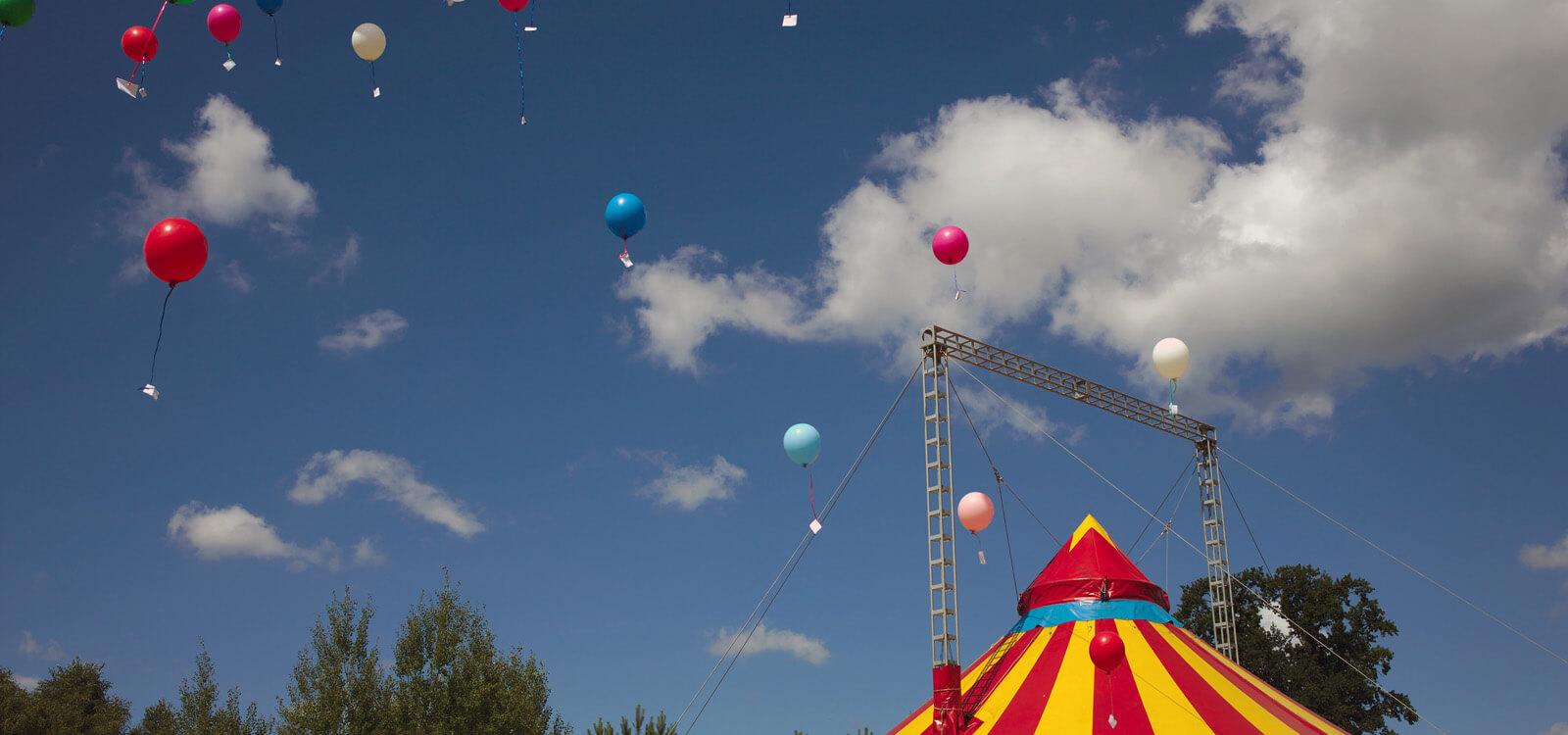 Luftballons mit Wunschzetteln steigen in die Luft