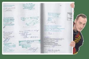 Mirko zeigt eine Seite aus dem Baubuch