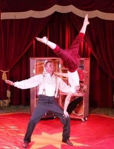 Akrobatik aus dem Zirkus im Koffer