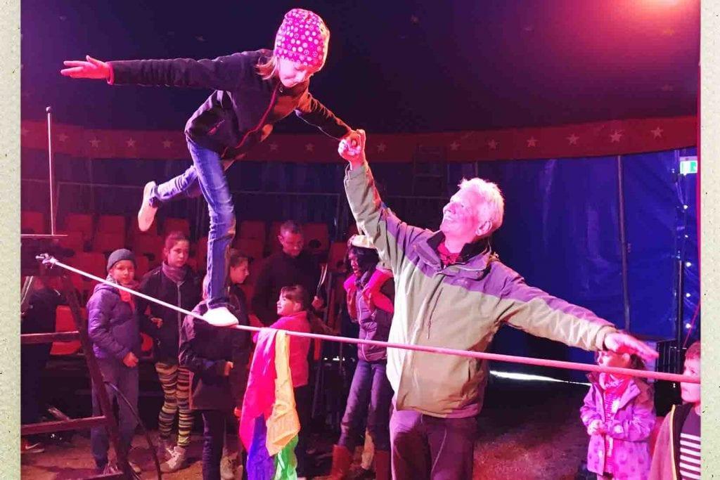 Mitmachzirkus Trainer mit Kind auf dem Hochseil