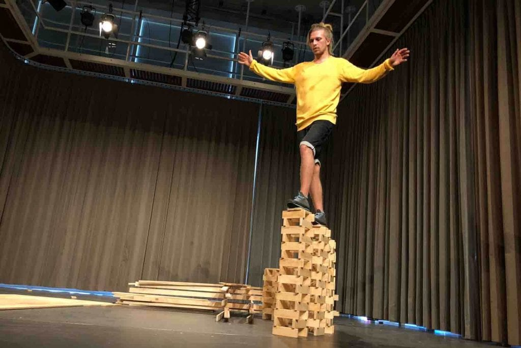Balanceakt auf Holzklötzchen