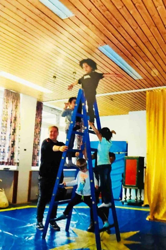 Leiterakrobaten bei einem Zirkusproekt kita