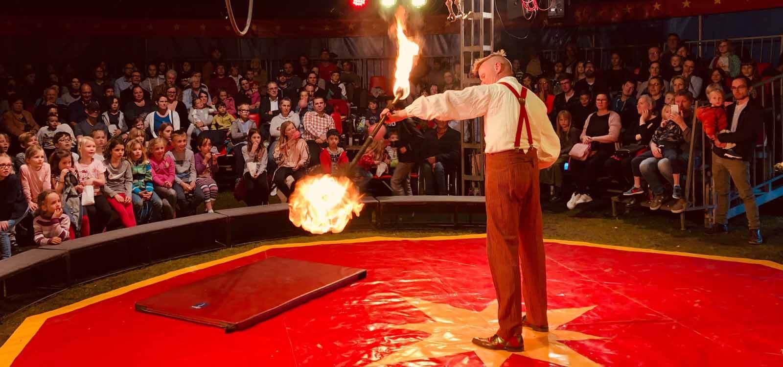 brennende Fackelstange Zirkus im Koffer